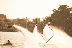 La silueta y el vintage colorean el styl de mostrar flyboard en Chaophya Imagenes de archivo