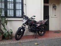 la siluetta dei cavalieri del motociclo nel cielo fotografie stock libere da diritti
