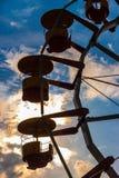 La siluetta dei ferris spinge dentro il parco di divertimenti al crepuscolo fotografie stock libere da diritti