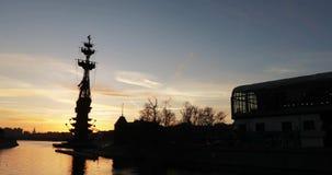 La siluetta del monumento Peter il primo da Zurab Tsereteli al tramonto stock footage