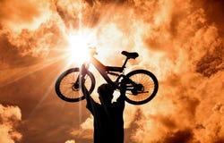 La siluetta del motociclista della montagna Fotografie Stock Libere da Diritti