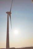La siluetta del mulino a vento nel cielo Fotografia Stock