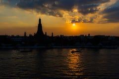 La siluetta del tempio di Arun durante il tramonto, innaffia la parte anteriore, Bangkok Tailandia Fotografia Stock Libera da Diritti
