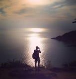 La siluetta del viaggiatore di felicità prende una foto Fotografie Stock