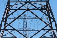 La siluetta dell'elettricità olandese si eleva agains un cielo blu Fotografia Stock