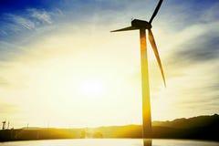 La siluetta dell'generatori eolici contro il bello fondo del tramonto con area di spazio della copia per il vostro messaggio di t Fotografia Stock Libera da Diritti