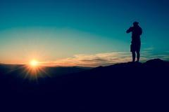 La siluetta dell'uomo al tramonto immagini stock