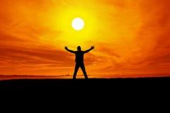 La siluetta dell'uomo durante il tramonto fotografia stock