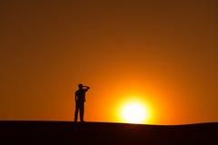 La siluetta dell'uomo sull'orizzonte guarda avanti Fotografie Stock Libere da Diritti