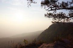 La siluetta della montagna dei paesaggi ed il cielo o il tramonto Immagini Stock Libere da Diritti