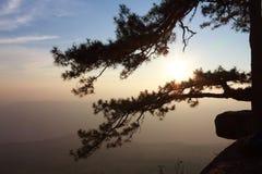 La siluetta della montagna dei paesaggi ed il cielo o il tramonto Immagine Stock