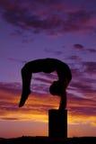 La siluetta delle gambe di dancing della donna dietro si dirige fuori frantumato Fotografia Stock Libera da Diritti