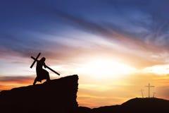 La siluetta di Gesù porta il suo incrocio Immagine Stock Libera da Diritti