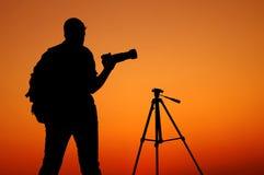 La siluetta di Photographer con il suo treppiede Fotografia Stock Libera da Diritti