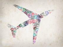 La siluetta di un aereo creato con il passaporto timbra immagini stock