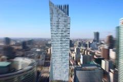 La siluetta di un grattacielo, la sfuocatura dell'oggetto, lo sguardo di un uomo con vista difficile l'effetto dello zoom su un l fotografie stock libere da diritti