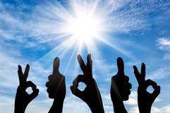 La siluetta di un gruppo delle mani della gente mostra l'approvazione di gesto Fotografie Stock