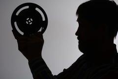 La siluetta di un uomo barbuto esamina 16mm Fotografie Stock Libere da Diritti