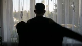 La siluetta di un uomo si è vestita nella stanza video d archivio