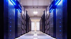 La simetría moderna del sitio del servidor alinea la luz de los superordenadores imagenes de archivo