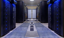 La simmetria moderna della stanza del server allinea la luce moderna dei supercomputer Fotografie Stock Libere da Diritti