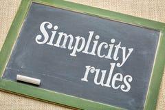 La simplicité ordonne le signe de tableau noir photos libres de droits