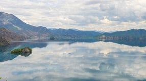 La singola barca guida attraverso il lago Lugu, Lijiang, Cina immagini stock libere da diritti