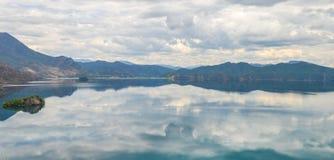 La singola barca guida attraverso il lago Lugu, Lijiang, Cina fotografia stock