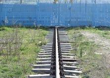 La singola ferrovia arrugginita che va ai minerali estrae immagine stock