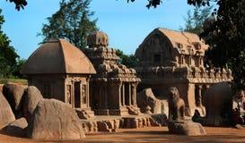 La singola pietra antica ha scolpito i corridoi con le rocce in rathas del mahabalipuram- cinque Immagine Stock