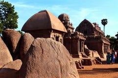La singola pietra ha scolpito i corridoi con le rocce in rathas del mahabalipuram- cinque Fotografia Stock