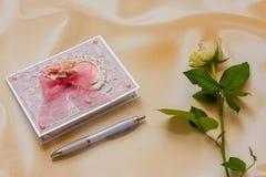 La sinistra una sorpresa romantica per un caro con è aumentato Fotografia Stock Libera da Diritti
