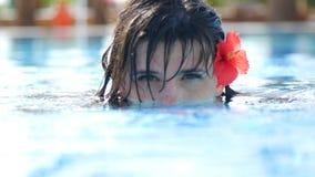 La sirena de la muchacha en la piscina parece fascinadora almacen de metraje de vídeo