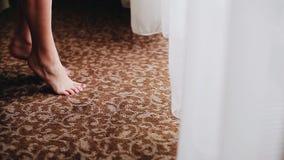 La situación de la muchacha en sus dedos del pie que vienen a la ventana brillante Momento muy fresco y hermoso almacen de metraje de vídeo