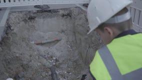 La situación del casco del equipo y del constructor de seguridad del pequeño muchacho que lleva acertado en el camino y los contr metrajes