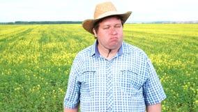 La situación del granjero en campo y la sacudida de su cabeza, dice no, en el campo en un día soleado metrajes