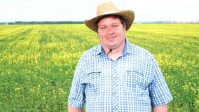 La situación del granjero en campo y la sacudida de su cabeza, dice sí, en el campo en un día soleado metrajes
