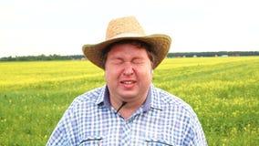 La situación presionada del granjero en campo y gritos, lleva el sombrero de vaquero en un día soleado Hombre en la depresión, ma almacen de video
