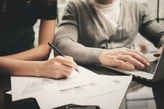 La situazione aziendale, firma i contratti Responsabile di finanza della foto del primo piano che lavora ufficio moderno con il n fotografia stock