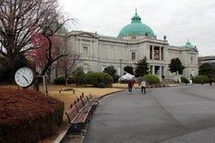 La situazione intorno al museo nazionale di Tokyo, le costruzioni è im immagine stock