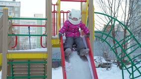 La slitta della ragazza giù la collina nell'inverno archivi video