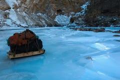 La slitta porta l'attrezzatura di campeggio sulla superficie di Zanskar congelato fotografie stock