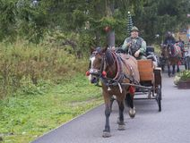 La Slovacchia, alta montagna di Tatra, Strbske Pleso, il 15 settembre: Uomini anziani in cappello con il cavallo in cablaggio tra immagini stock libere da diritti
