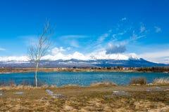 La Slovacchia: Grande Tatras Vysoke Tatry sulla molla Grandi montagne con la neve e le nuvole Il lago in priorità alta Piccolo vi Fotografie Stock Libere da Diritti