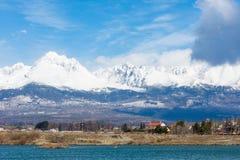 La Slovacchia: Grande Tatras Vysoke Tatry sulla molla Grandi montagne con la neve e le nuvole Il lago in priorità alta Piccolo vi Immagini Stock Libere da Diritti