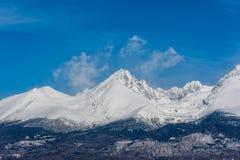 La Slovacchia: Grande Tatras Vysoke Tatry sulla molla Grandi montagne con la neve e le nuvole Il lago in priorità alta Piccolo vi Immagine Stock