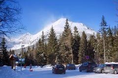 LA SLOVACCHIA, STRBSKE PLESO - 6 GENNAIO 2015: Vista di alta montagna di Tatra da Strbske Pleso all'inverno Fotografia Stock Libera da Diritti