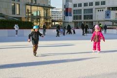La Slovaquie, décembre 2018 patinage de glace Les petits enfants patinent sur les pistes Récréation extérieure active, sur la rue photos stock