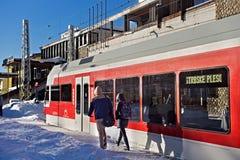 LA SLOVAQUIE, STRBSKE PLESO - 6 JANVIER 2015 : Le train électrique à grande vitesse est arrivé sur la gare ferroviaire dans Strbs Image stock