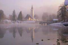 La Slovenia, lago Bohinj - immagine di inverno con nebbia Immagini Stock